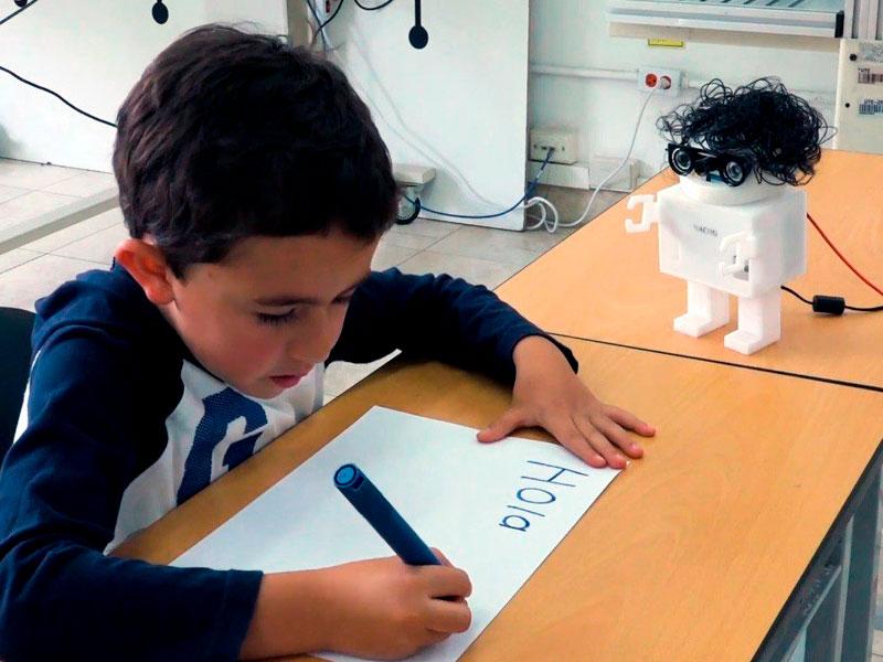 Nacho, el robot diseñado para enseñar a los niños a leer y escribir