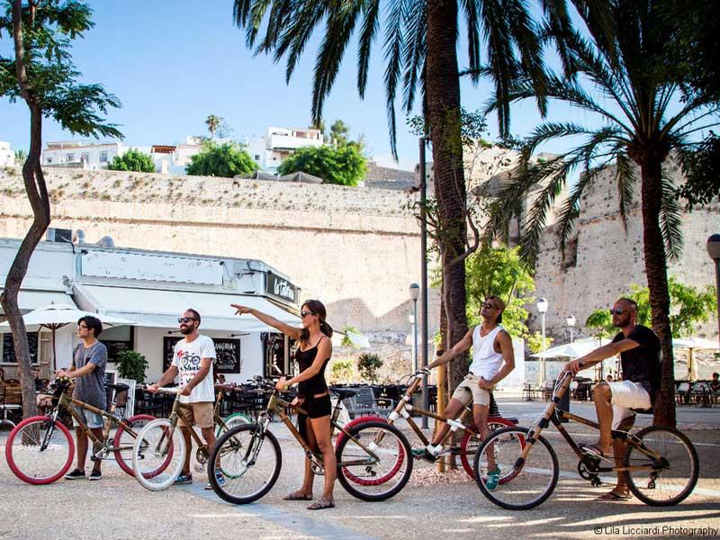 Tours guiados en bicicletas hechas de bambú