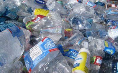 Científicos descubren una nueva forma de descomponer y reutilizar el plástico