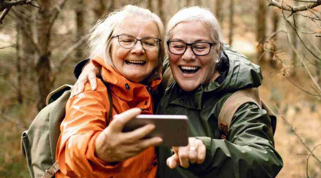 """Un joven inventa un móvil """"para mayores"""" para realizar videollamadas con su abuela"""