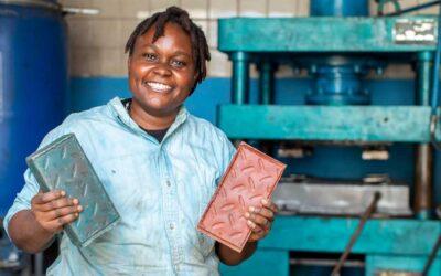 Emprendedora keniana convierte residuos de plástico en adoquines de alta calidad y bajo costo