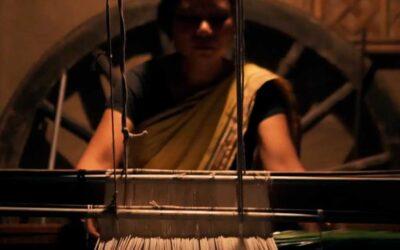 Mujer india da empleo a 2000 mujeres para reutilizar desechos plásticos y convertirlos en tela