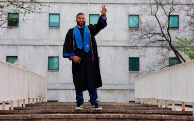 Hombre se gradúa como profesor en la escuela donde trabajó 23 años de conserje