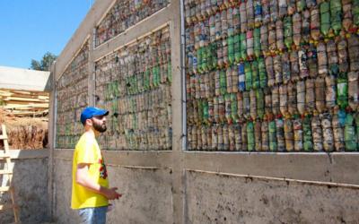 Comunidades rurales construyen más de 130 escuelas con basura no reciclable en Guatemala