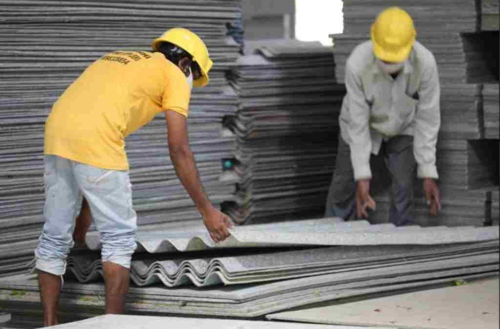 Joven convierte plásticos no reciclables en techos más resistentes que los convencionales