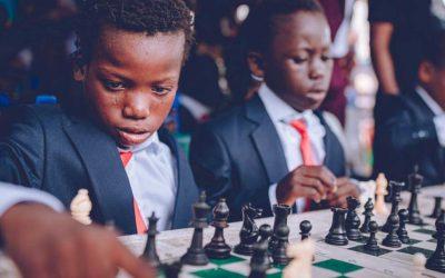 Niño nigeriano con parálisis cerebral se convierte en superestrella del ajedrez