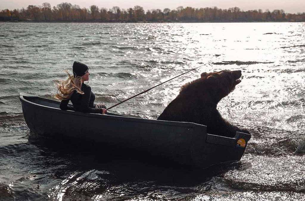 La extraordinaria conexión de un oso con la mujer que lo rescató del abandono